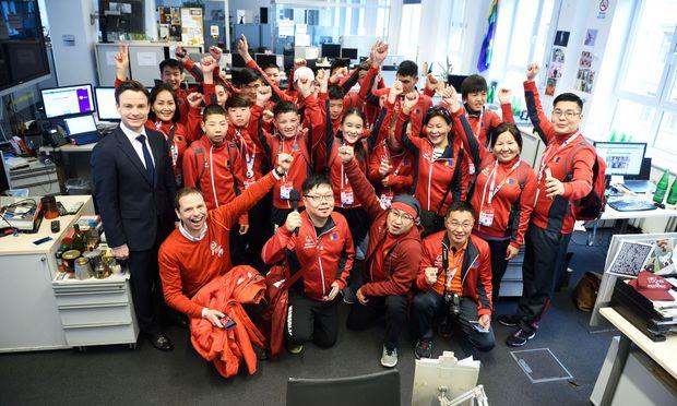 """Team Mongolei auf Besuch in der """"Presse"""", empfangen von CEO Rudolf Schwarz, begleitet von Philipp Bodzenta (l., Coca-Cola)."""