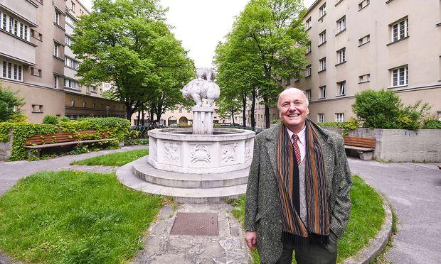 Geliebtes Zuhause: Johannes Lewinski im Herwegh-Hof in Wien-Margarethen.Geliebtes Zuhause: Johannes Lewinski im Herwegh-Hof in Wien-Margarethen.