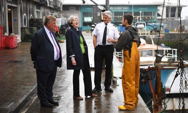 Hölzern, reizbar, roboterhaft: Premierministerin Theresa May hat ein Problem damit, bei Kontakten mit britischen Wählern spontan und authentisch zu wirken.