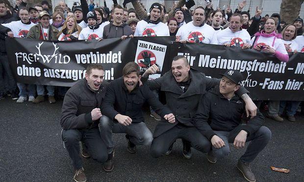Beim deutschen Musikpreis Echo wurde die Band Frei.Wild (unten im Bild) von der Nominiertenliste gestrichen. Darauf demonstrierte sie mit Fans vor dem Berliner Messegelände.