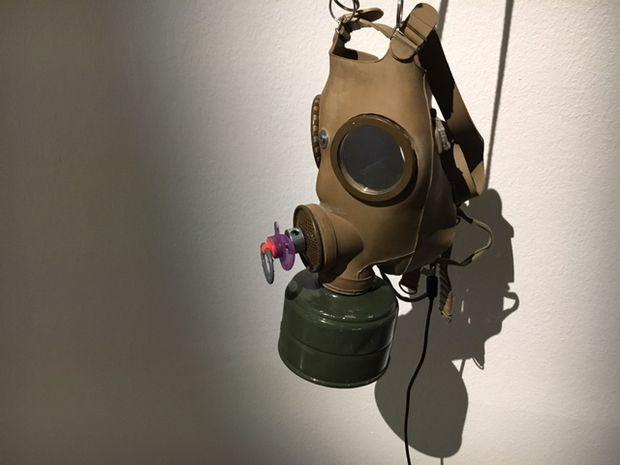 Vasofs Gasmaske zuzelt immer wieder einmal an einem Schnuller.