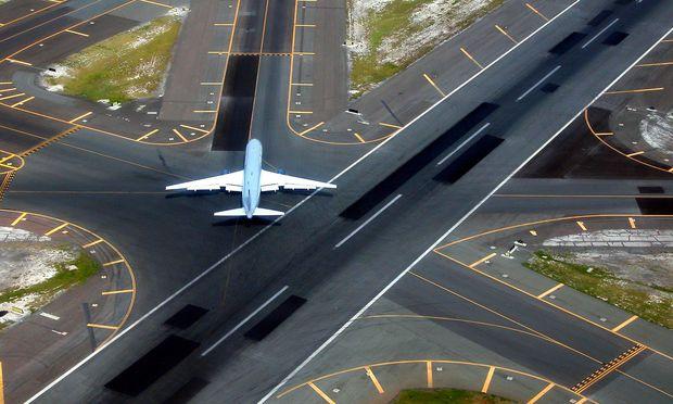 Flugzeug auf der Landebahn eines Flughafens