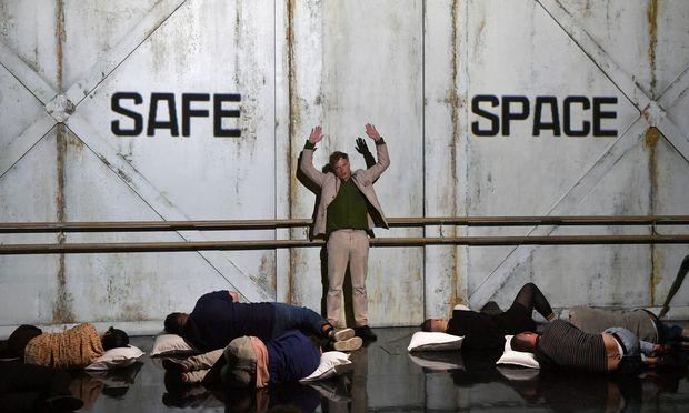Liliom (Jörg Pohl) steht an der Wand im Fegefeuer. Ein Tor trennt ihn von Himmel, Hölle und der Welt, aus der er sich durch Selbstmord verabschiedet hat.