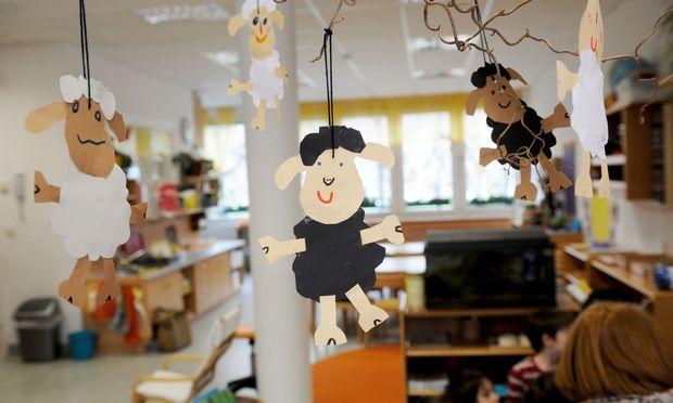 Während die meisten Kindergärten in Wien zehn Stunden oder länger offen haben, sperrt der Großteil in Tirol, Vorarlberg und Oberösterreich nach nicht einmal acht Stunden wieder zu.