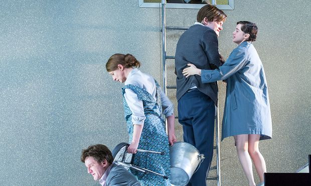"""Henrik Ibsen frei nach """"Upstairs Downstairs"""" (von links:) Raphael v. Bargen (Gregers), Gerti Drassl (Gina), Roman Schmelzer (Hjalmar), Maresi Riegner (Hedvig) und (oben) Siegfried Walther (als der alte Ekdal)."""