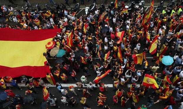 Befürworter und Gegner des Referendums gehen auf die Straßen
