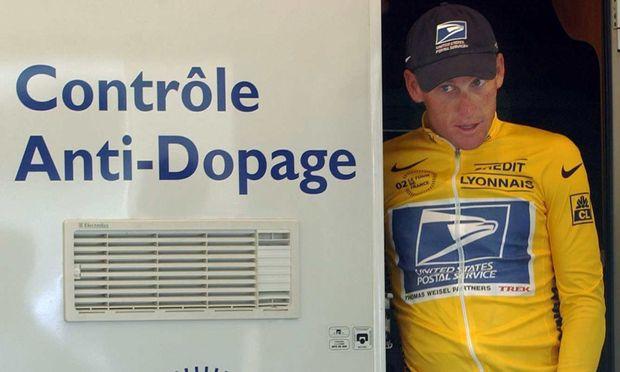 Lance Armstrong bei der Dopingkontrolle