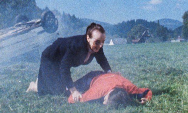 Die unwirkliche Atmosphäre der körnigen Schmalfilm-Ästhetik ist wie gemacht für Jelineks Verquickung von Horror- und Heimatmotiven.