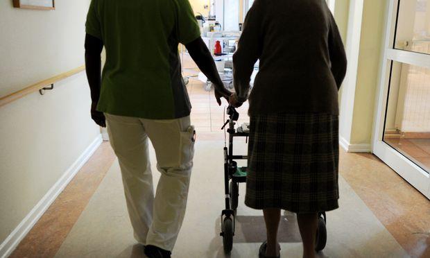 Mit der alternden Gesellschaft steigt auch der Bedarf an Pflegepersonal.