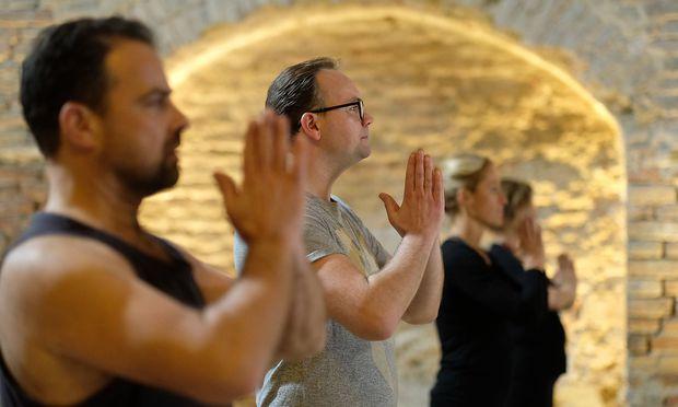 Der Anwalt Bragana (hinten, Thomas Stipsits) und sein Mandant Georg (Juergen Maurer) beim Yoga.