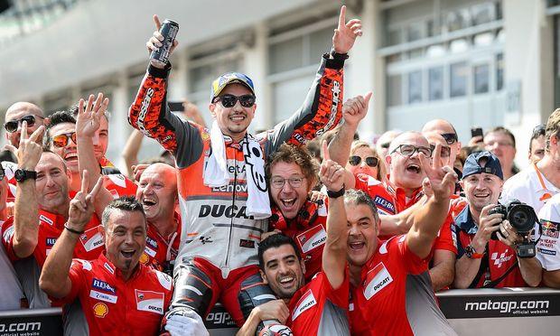 Jorge Lorenzo feiert mit dem Ducati-Team