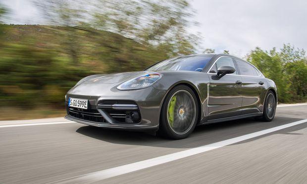 Grün leuchtet die extragroße Bremsanlage des Panamera Turbo S E-Hybrid: Auch die schwereren Hybriden müssen stoppen wie ein Porsche.