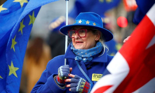 Die EU-Staaten hatten am Sonntag nach langen Verhandlungen mit London bereits den knapp 600 Seiten umfassenden Austrittsvertrag gebilligt.