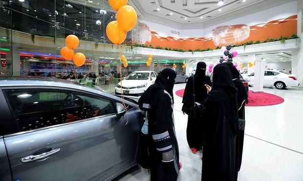 Drei vollverschleierte Frauen im Autosalon