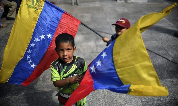 In Venezuela steht Präsident Maduro unter massivem Druck, die Bevölkerung leidet unter mangelnder Versorgung und galoppierender Inflation.