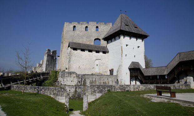 Je nach Schwerpunkt und Interesse sind durchwegs gut erhaltene, teilweise aufwendig restaurierte Altstädte und viele Burgen und Schlösser logische Ankerpunkte, um in die bewegte Geschichte des Landes zu tauchen.