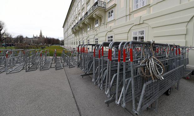 Die Absperrgitter rund um die Hofburg stehen schon bereit.