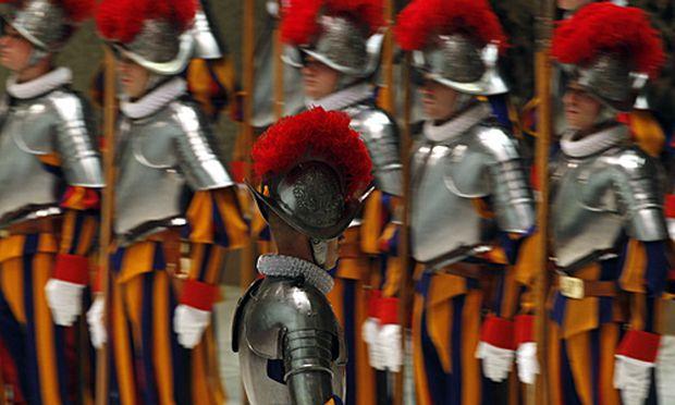 Die Schweizergarde bekommt neue Rüstungen