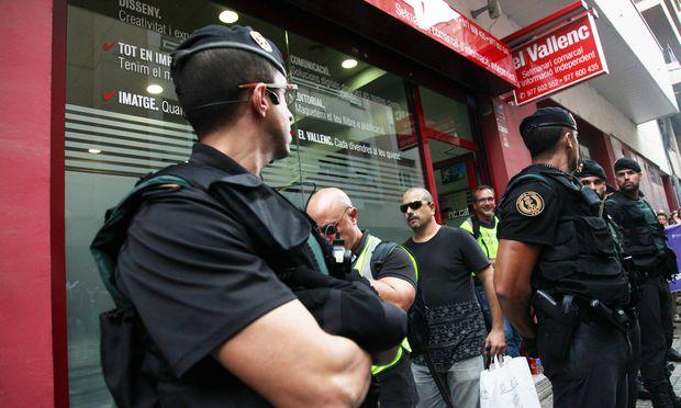 September 9 2017 Valls Spain Spanish police Guardia Civil stalks le local newspaper El Vallen