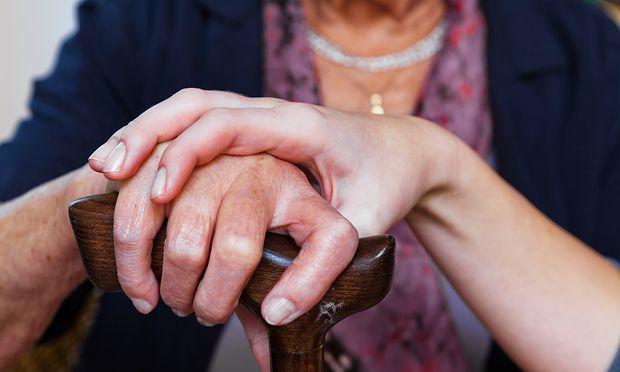 Pflege: Neue Anreize für Angehörige