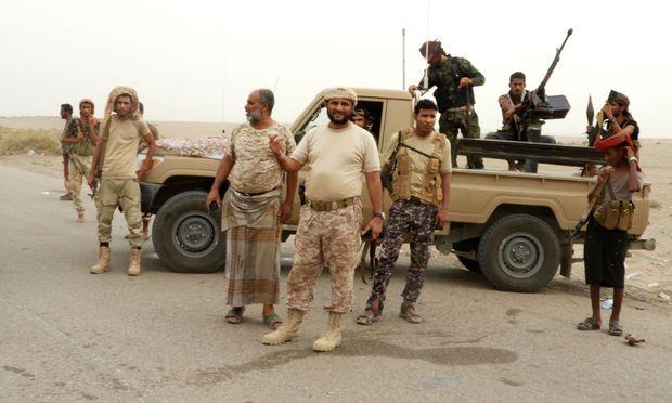 Jemenitische Milizionäre nahe der schwer umkämpften Hafenstadt Hodeida.
