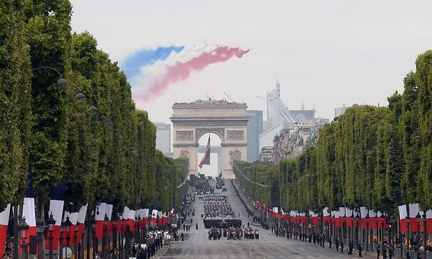 Angela Merkel zu Gast bei Militärparade in Paris -