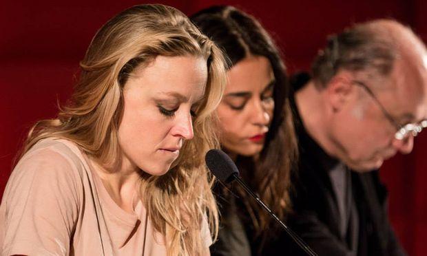 Nina Proll las mit Schauspielkollegen aus den Drehbüchern