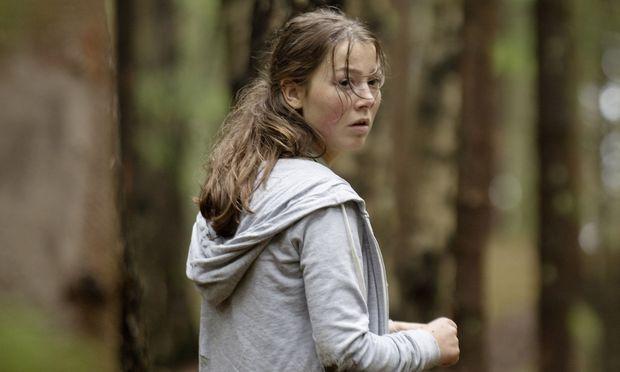 Die Kamera bleibt Kaja (Andrea Berntzen) dicht auf den Felsen, stolpert mit ihr, kauert mit ihr im Gebüsch: Wozu das? Man wittert eine kalkulierte Kontroverse. / Bild: (c) Agnete Brun