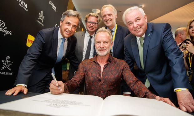 Sting mit Bürgermeister Siegfried Nagl, Kulturlandesrat Christopher Drexler, Kulturstadtrat Günter Riegler und Landeshauptmann Hermann Schützenhöfer (v. l.) im Grazer Styria-Center.