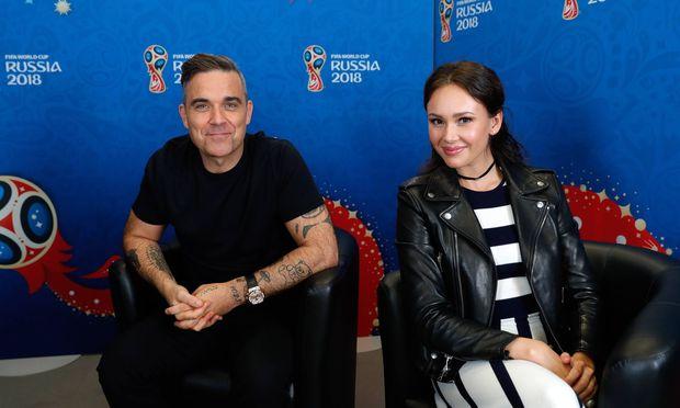 Unsportlichen Geste: Wirbel bei WM-Eröffnung: Robbie Williams zeigt Mittelfinger