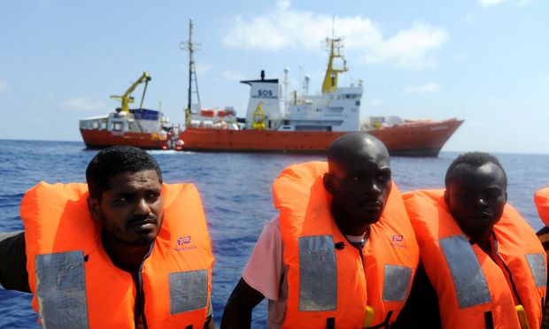 Menschen auf dem Flüchtlingsschiff