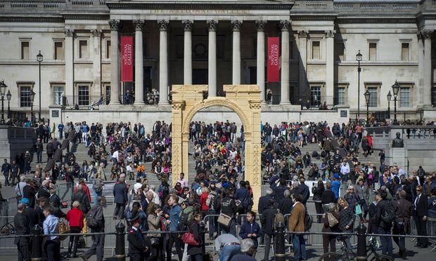 Replik des Triumphbogens auf dem Trafalgar Square in London, April 2016