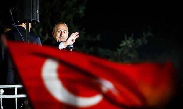 Cavusoglu bei einem Wahlkampfauftritt