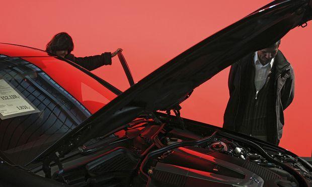 Wenn schon, denn schon: 38 Prozent sparen für große Ausgaben im kommenden Jahr – etwa für ein Auto. / Bild: (c) Heiko Specht / laif / picturedesk.com