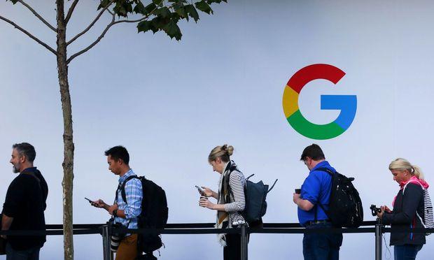 So gut wie alle heimischen Smartphone-Nutzer sind Umsatzbringer für den Digitalriesen Google. Die Finanz sieht von den dabei erzielten Gewinnen aber herzlich wenig. / Bild: APA/AFP/ELIJAH NOUVELAGE