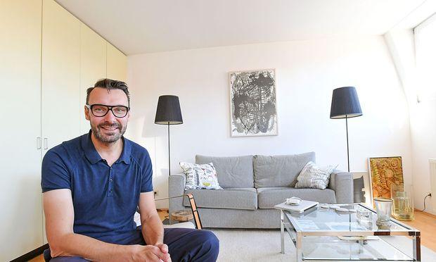 Thomas Geisler in der Wiener Wohnung seines Partners.