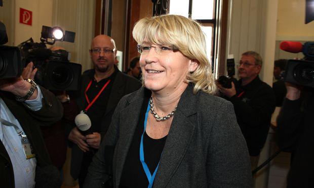 Ex-Justizministerin Karin Gastinger wird nun von ihrem früheren Sprecher Christoph Pöchinger auf 30.000 Euro geklagt.