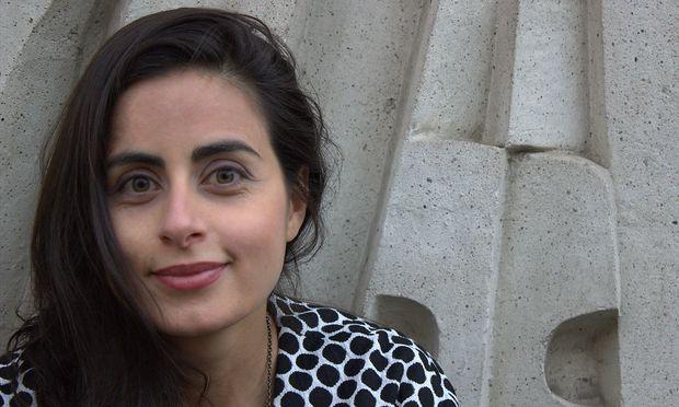 """""""Im Grunde kann ein junger Mann nichts machen, was die Familie beschämt"""", sagt Autorin Sineb El Masrar über junge muslimische Männer. Sie hätten alle Freiheiten – die jungen Frauen dagegen nicht."""
