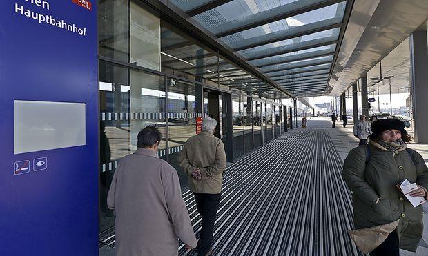 Erste Züge bleiben stehen: Wiener Hauptbahnhof nahm Teilbetrieb auf