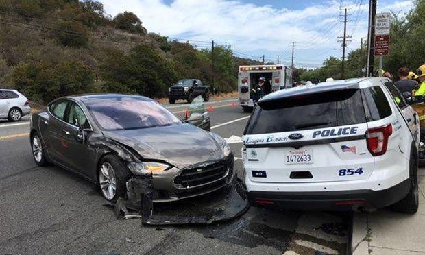 Tesla mit eingeschalteter Autopilot-Software kracht in Polizeiauto