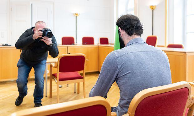 Der Angeklagte vor Prozessbeginn am Landesgericht Linz.