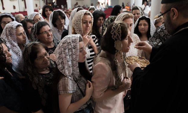 Tradition abseits der Oblate: Christen beim Gottesdienst in Qamischli in Syrien.
