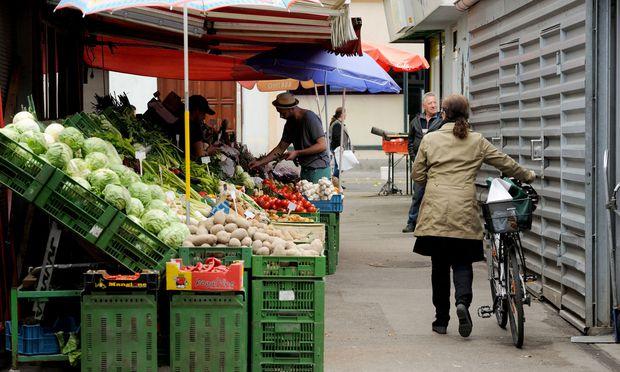 Marktstände müssen künftig von Montag bis Freitag zumindest von 15 bis 18 Uhr und am Samstag von 8 bis 12 Uhr offen haben.