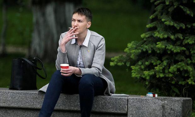 Durchatmen vor dem Auftritt: Ex-Häftling Nadja Sawtschenko mit Morgenkaffee und Zigarette am Dienstag vor der Kiewer Rada.