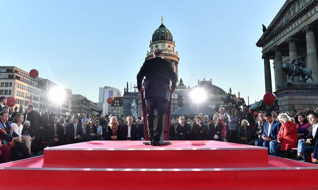 Mit dem Rücken zur Wand: SPD-Chef Martin Schulz kämpfte auf den letzten Wahlkampfmetern gegen das drohende Debakel an, hier auf dem Berliner Gendarmenmarkt. / Bild: (c) APA/AFP/JOHN MACDOUGALL (JOHN MACDOUGALL)