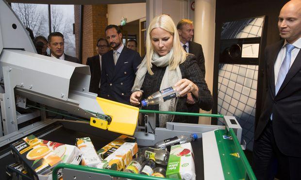 Norwegens Kronprinzessin, Mette-Marit, 2014 bei einem Besuch der Firma Tomra. Abfallrecycling als Trend der Zukunft auch an der Börse.