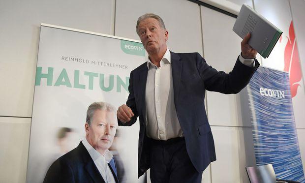 """Nach zwei Jahren wieder in der Öffentlichkeit: Reinhold Mitterlehner mit seinem Buch """"Haltung""""."""