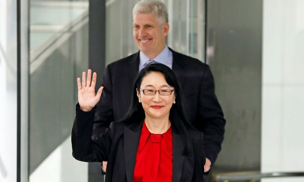 Deal in trockenen Tüchern: Google-Hardware- chef Rick Osterloh und HTC-Chefin Cher Wang feiern den Vertragsabschluss.  / Bild: (c) REUTERS (TYRONE SIU)