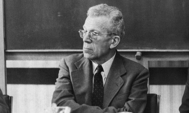 Hans Asperger (1906–1980) bei einer Pressekonferenz 1971 – er leitete damals die Wiener Universitätsklinik.