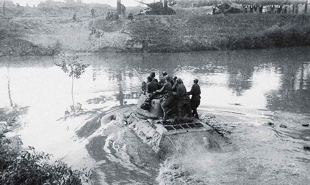 T-34 queren einen Fluss, etwa 1944
